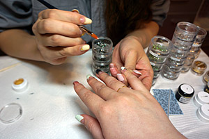 濃いグリーンとライトグリーンのストーン (C)Nail Salon Ayumino ALL Rights Reserved. (C) IDEA FACTORY / DESIGN FACTORY