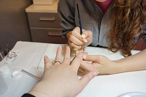 ジェル塗布、アート、硬化など施術 (C)Nail Salon Ayumino ALL Rights Reserved.