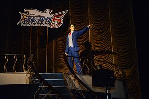 等身大・成歩堂龍一 3DS『逆転裁判5』完成披露会 写真:オタラボ【otalab】 (C)CAPCOM CO., LTD. 2013 ALL RIGHTS RESERVED.