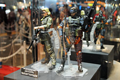 「METAL GEAR SOLID PLAY ARTS改」SNAKE Battle Dress Ver.、KAZUHIRA MILLER Ver. (C)Konami Digital Entertainment