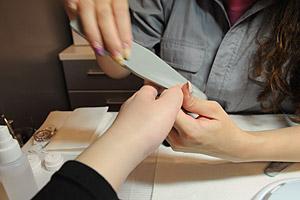 甘皮処理、サンディングなど下準備 (C)Nail Salon Ayumino ALL Rights Reserved.