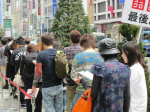 ユニクロ銀座店の開店前の様子 (C)Konami Digital Entertainment