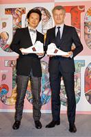 荒木飛呂彦先生と、GUCCI JAPAN CEO クリストフ・デュ・プゥス氏「荒木飛呂彦原画展 ジョジョ展」記者発表会 撮影:オタラボ、イラスト:(C)LUCKY LAND COMMUNICATIONS/集英社